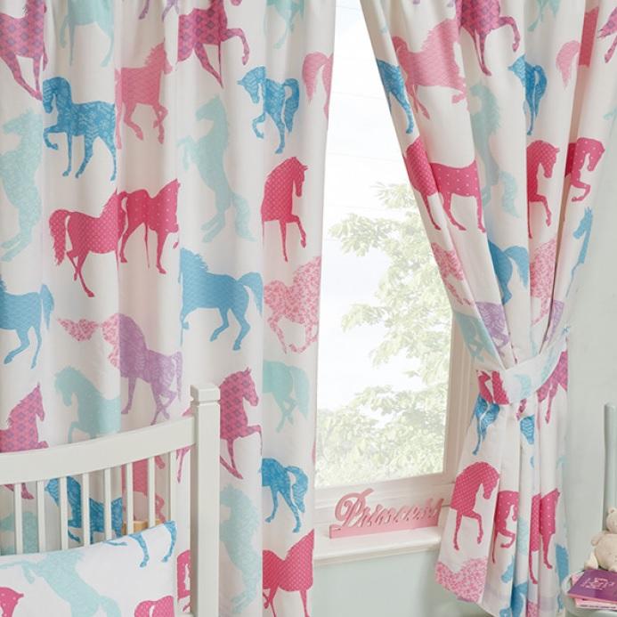 http://blijekids.nl/wp-content/uploads/2018/08/Gordijnen-paarden-paardjes-ponys-roze-blauw-springpaard-meisjes-schattig-raambedekking-verduistering-slapen-slaapkamer-mooi-uniek-goedkoop-kwaliteit-blijekids-jongens-stoer.jpg