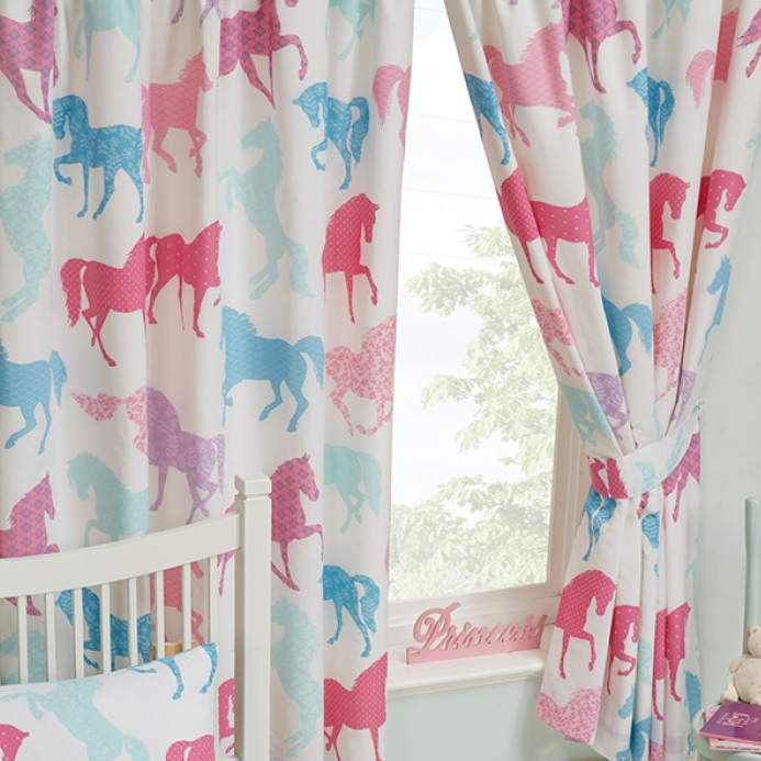https://blijekids.nl/wp-content/uploads/2018/08/Gordijnen-paarden-paardjes-ponys-roze-blauw-springpaard-meisjes-schattig-raambedekking-verduistering-slapen-slaapkamer-mooi-uniek-goedkoop-kwaliteit-blijekids-jongens-stoer.jpg